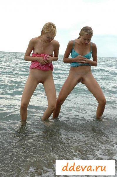 Две путаны на пляже показывали писечки