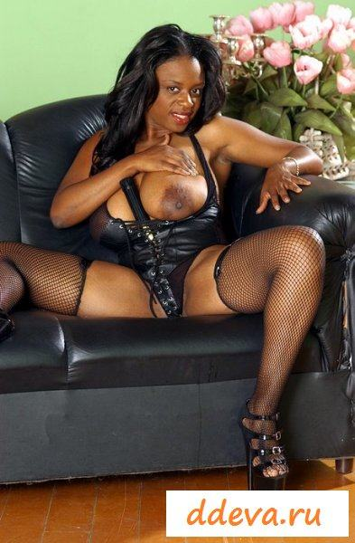 Чернокожая госпожа в обнаженке