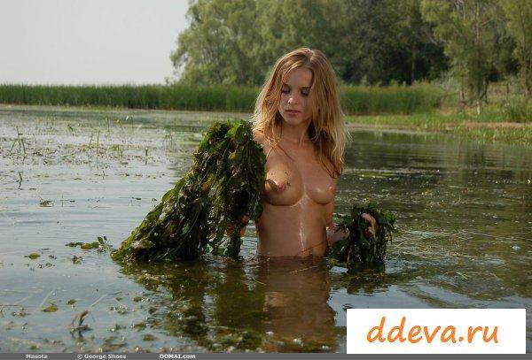 По сиськи в воде мокрая блондинка