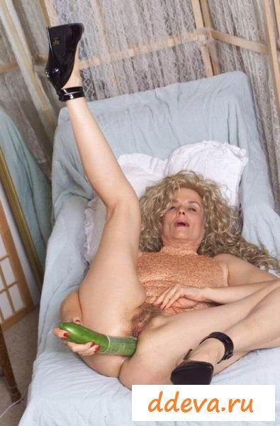 Анальная мастурбация зрелой женщины