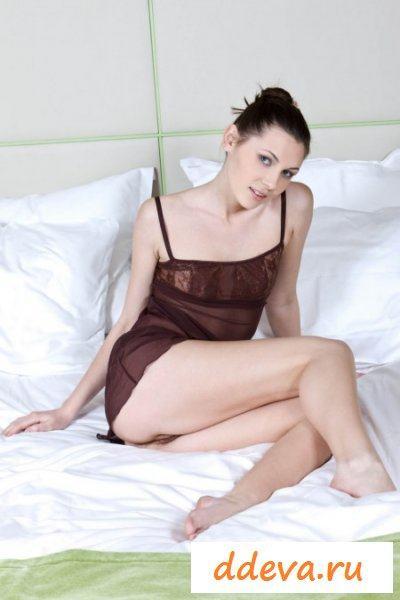 Заманчивые позы целки на кровати