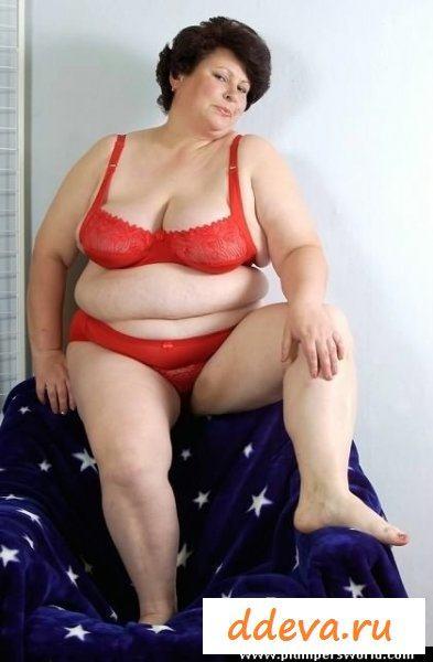 Неповоротливая толстуха оголила дойки