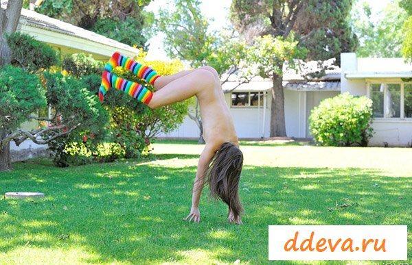 Акробатические движения восемнадцатилетней сучки во дворе
