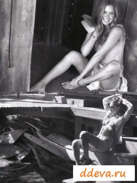 Бар Рафаэли в эротичных бикини на море