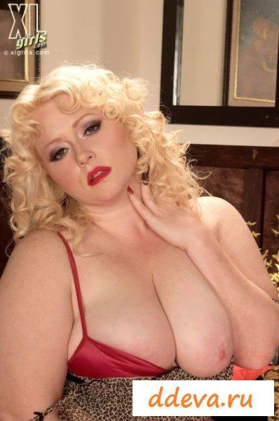 Совратительные позы на кровати от толстой дамы
