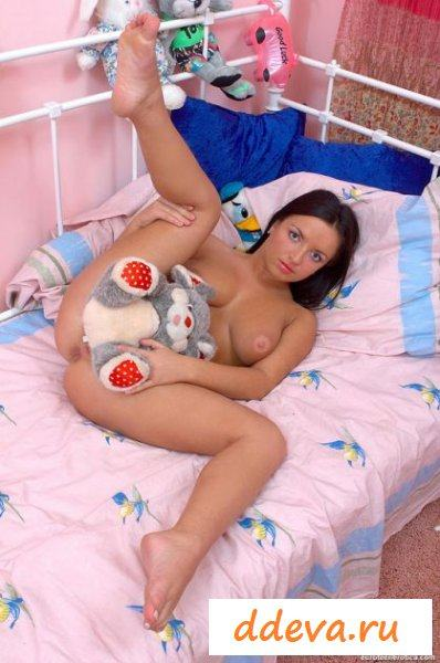 Суперская эротика красивой девушки на кровати