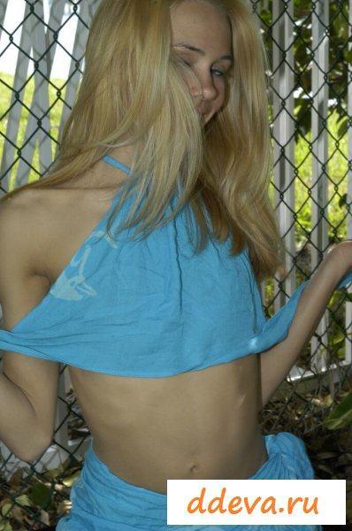 Плененная блондинка с тощей голой попкой