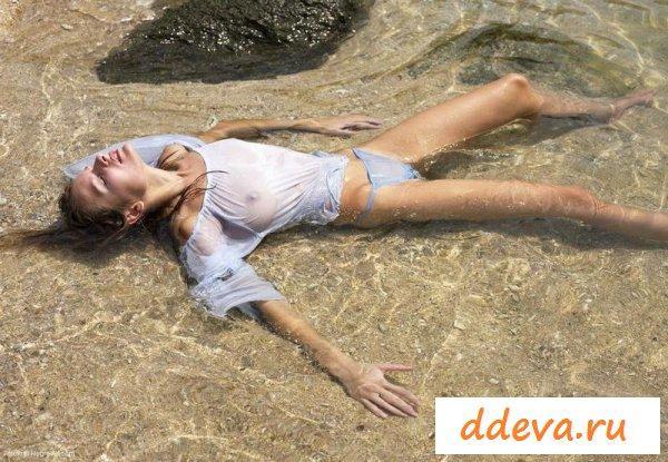 Красивенькая мокрая баба на пляже