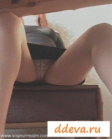 Любуемся под столом под юбку девушке
