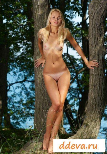 Худенькие прелести страстной блондинки в лесу