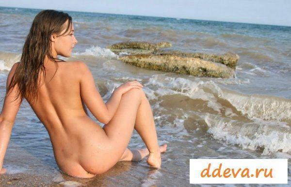 Длинноногая красотка развлекается на пляже