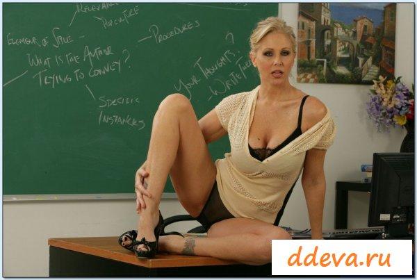 На учительских фото обнаженная блондинка позирует