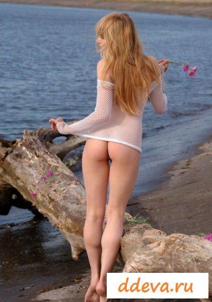 Тёлочка разделась на пляже до гола