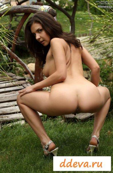 Красивая девица совращает во дворе
