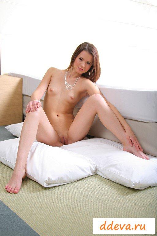 Обнаженная девица извивается на диванчике