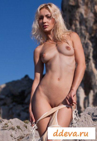 Смачная блондиночка в горах