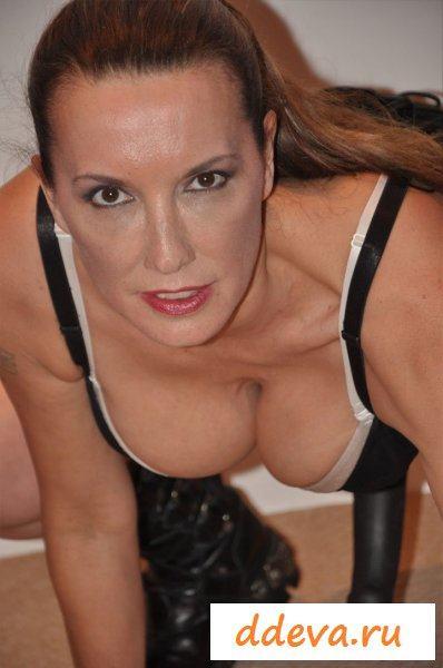 Зрелая женщина с любимым страпоном