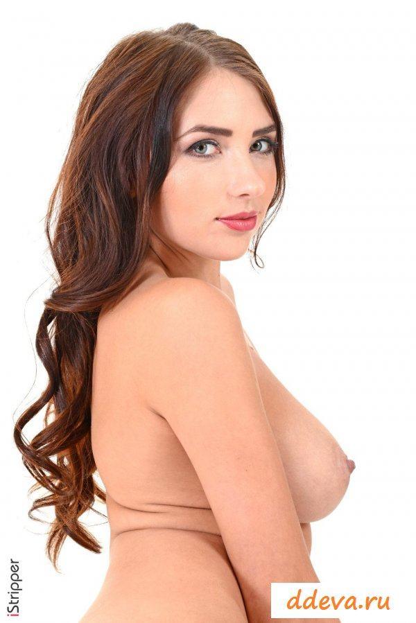 Дамочка позирует голенькой перед фотографом