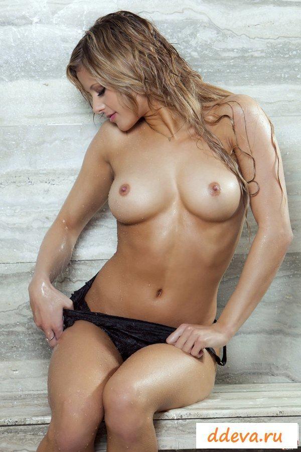 Страстная блондинка эротично намочила ягодицы