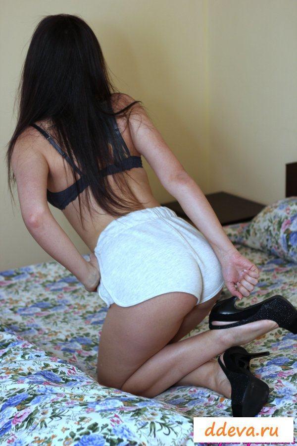 Русская красавица раздевается на кроватке