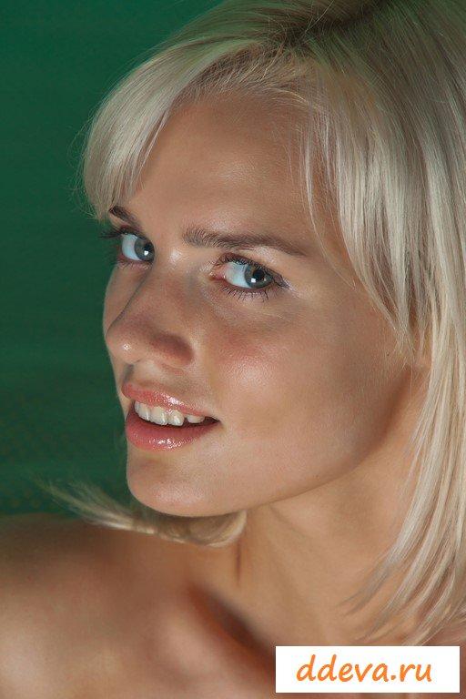 Необычная блондинка показала шикарные ягодицы