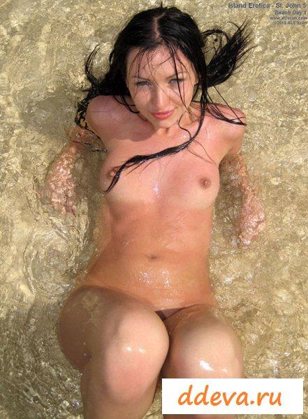 Пошлое поведение сосок на берегу моря