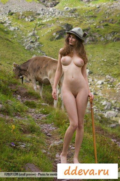 Голая пастушка позирует на тропе