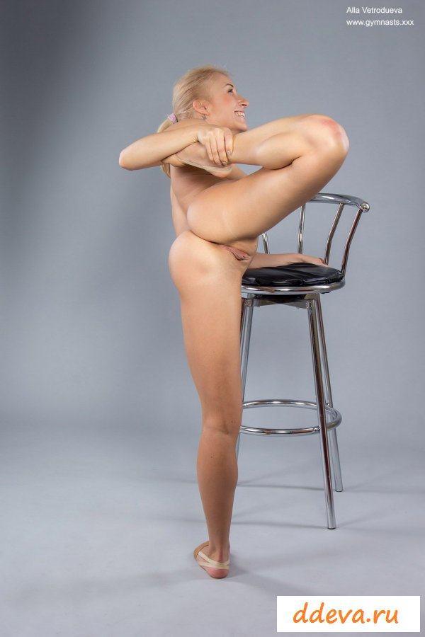 Красавица гимнастка упражняется раздетой