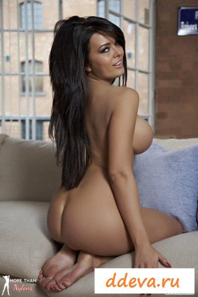 Девушка засветила голые красивые прелести