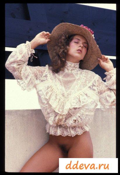 Гламурная девушка в шляпке и без трусов