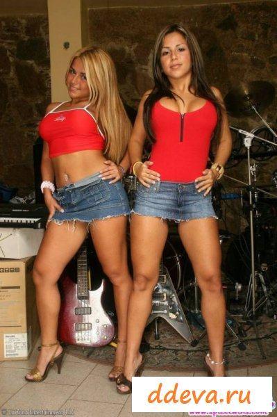 Возбуждающие жопастые близняшки в красном