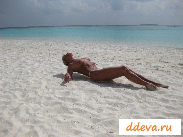 Сексуальная девушка в трусах на пляже