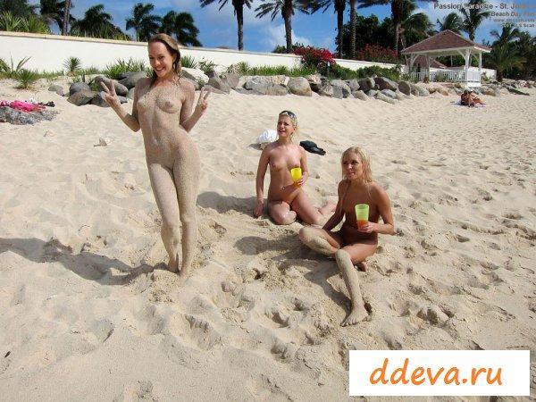Тусовка телочек с голыми попами на пляже
