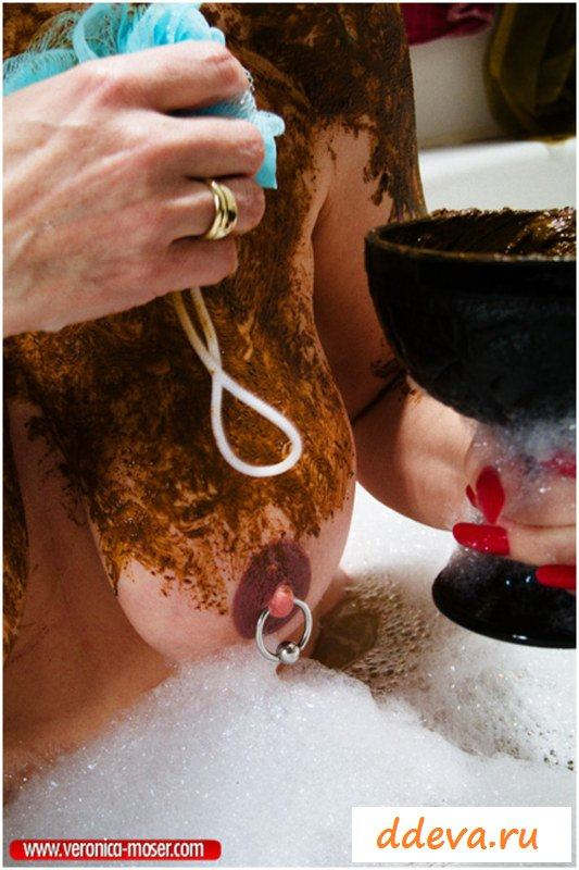Раздетая старушка какает в свою ванную (Часть 1)