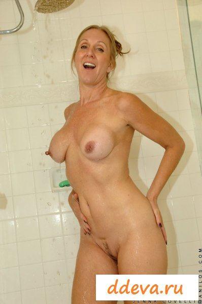 Мачеха разделась и поманила за собой в душ