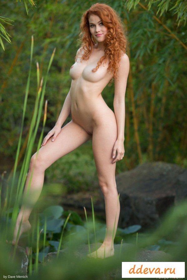 Рыжая бестия обнажилась у болота