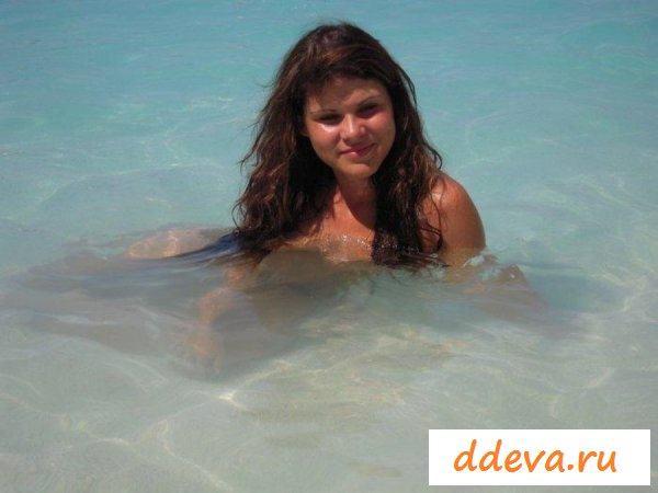 Отдых молодых голых шлюшек на пляже