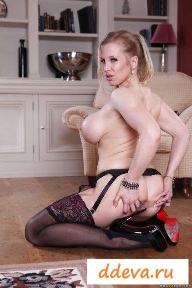 Блондинка классно подставляет свою попку