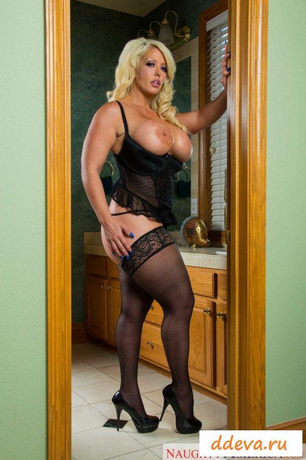 Пышная голая женщина в дверном проёме