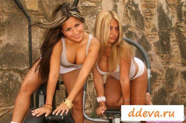 Наполненный сексуальностью фото-сет от близняшек
