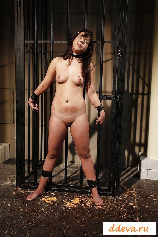 Эффектная голая женщина в БДСМ