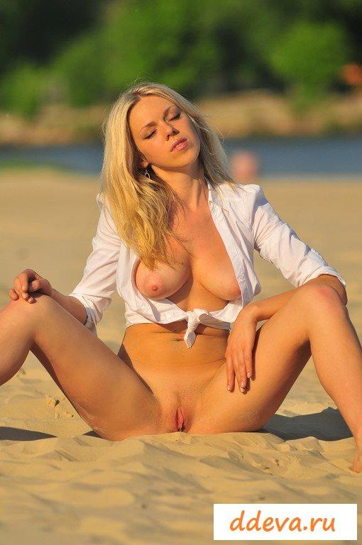 Эротичная блондинка кайфует рано утром
