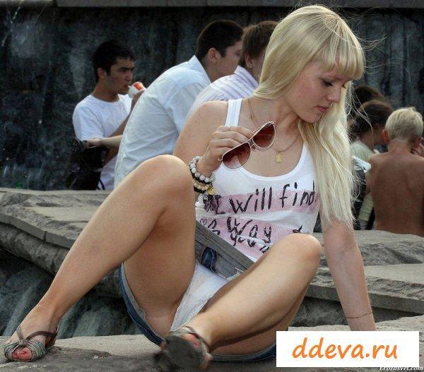 Красочные девки засвечивают свои голые письки