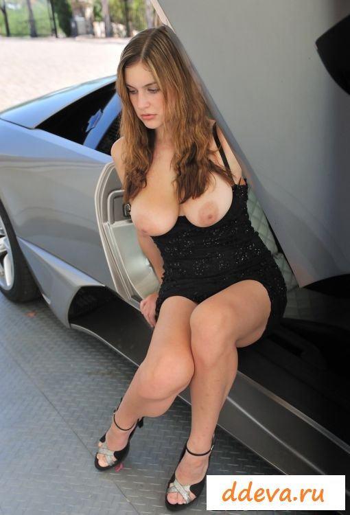 Крошка позирует голышом в дорогом автомобиле