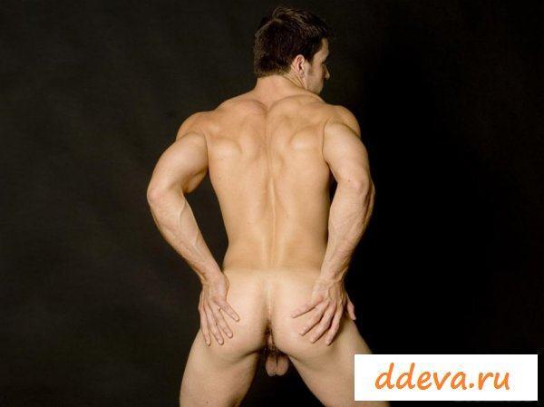Мужик показывает свое голое тело