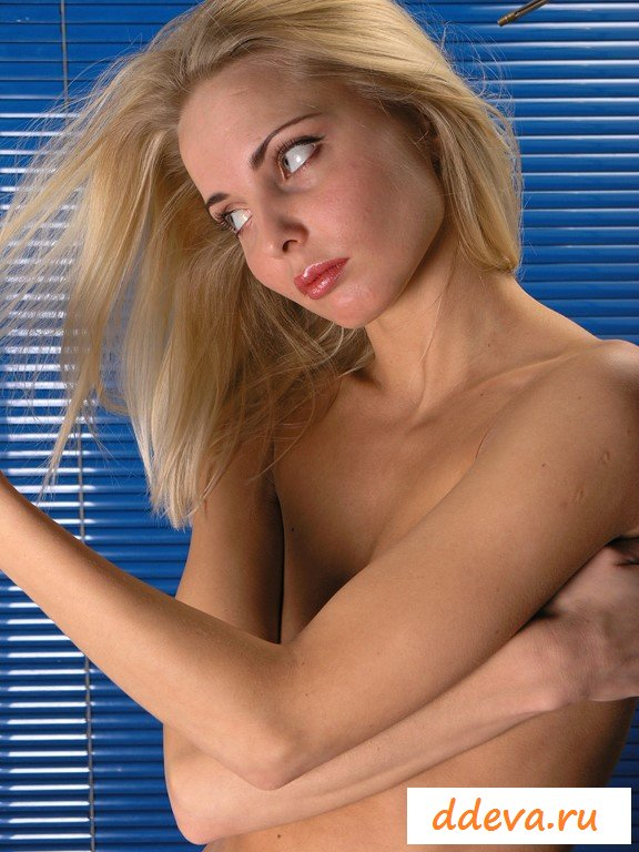 Красивая блондинка с настоящей грудью