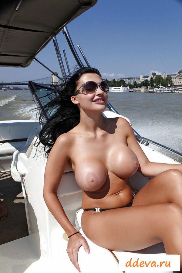 Эротика брюнетки на катере