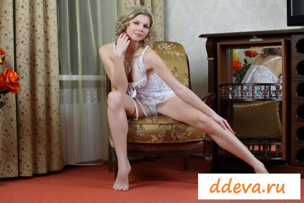 Эротичная блондинка зажигает в доме