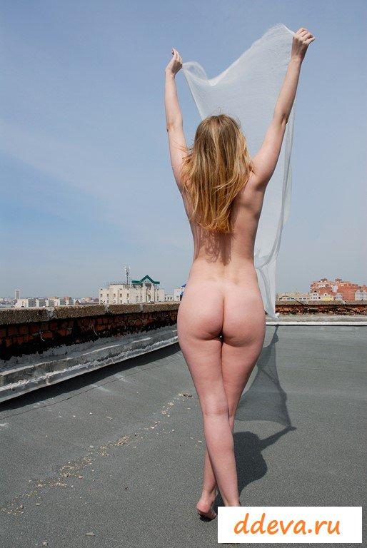 Обнаженная дева крутит попкой на дороге