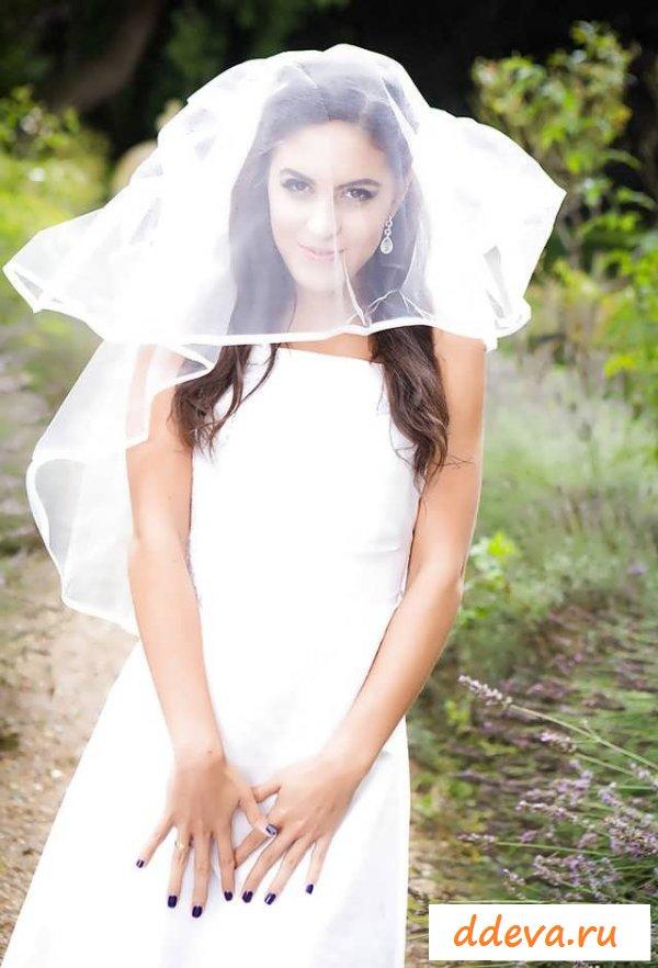 Обнаженная невеста ласкает побритую киску